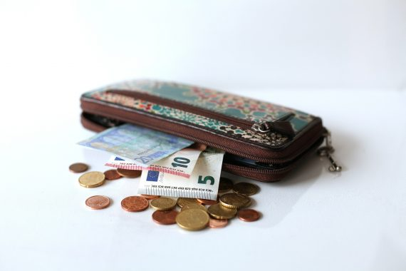 Geldbörse mit Geldscheinen und Münzen