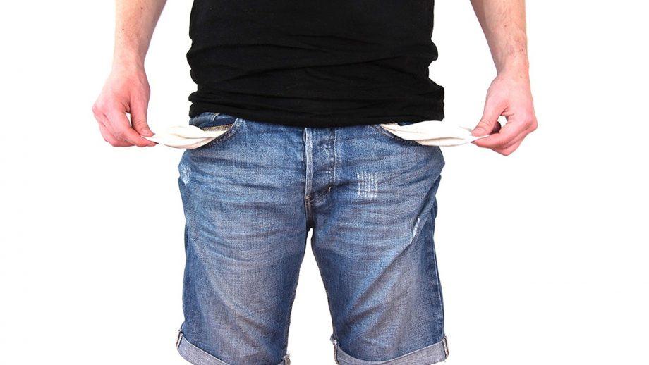 Mann zieht das Innenfutter seiner Hosentasche nach außen - Pleitesymbol