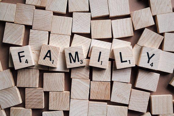 Scrabblespielsteine mit Schriftzug Family