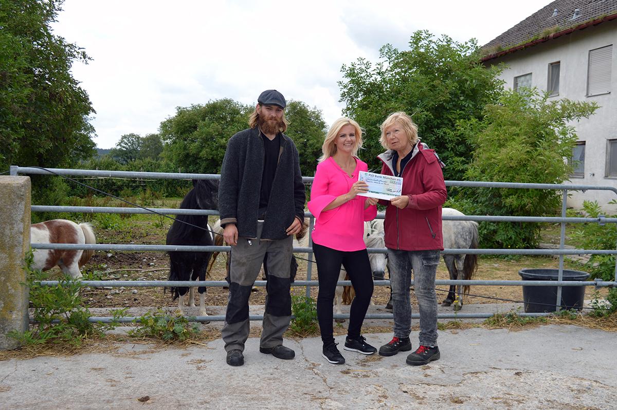 Personen auf Bild: Frauenwies Heimat für Tiere e. V. (vlnr.: Patrick, Sarah Funke (PSD Bank München) und Janne Kellner