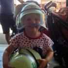 Bild vom Sommerfest der Freiwillige Feuerwehr Pfersee mit Kind, welches einen Helm trägt