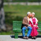Spielzeugfiguren altes Ehepaar sitzen auf Bank