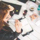 Junge Frau sitzt am Schreibtisch