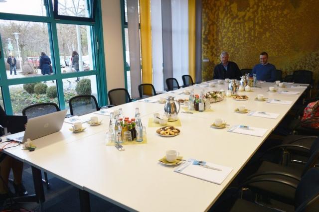 Tisch in Besprechungsraum der PSD Bank München