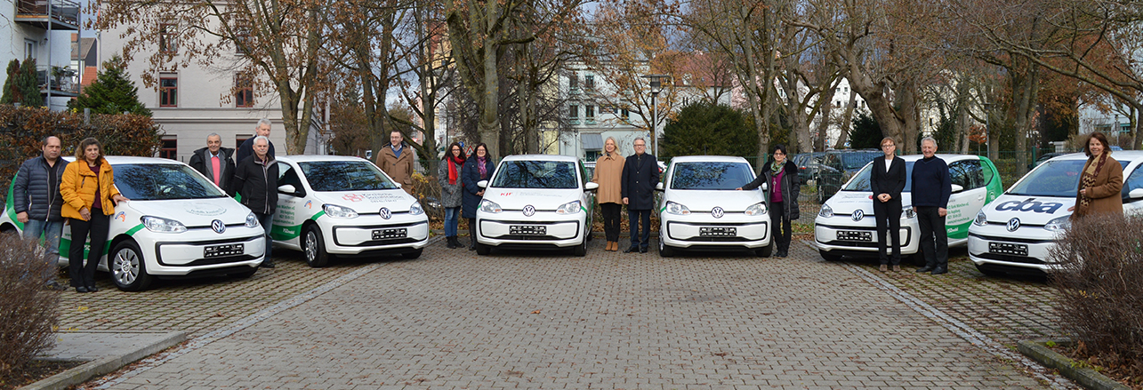 Frontalbild mit allen Personen und Autos bei der Übergabe der PSD mobile