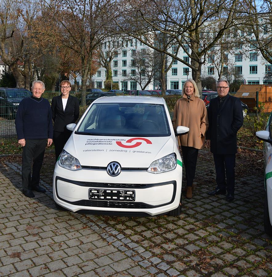 (v. r.) Thomas Hausfeld (Vorstandssprecher der PSD Bank München), Karen Lehmann-Martin (Vorstand der PSD Bank München), Christine Gediga & Josef Aigner (Sozialstation Vaterstetten NBH e. V.)