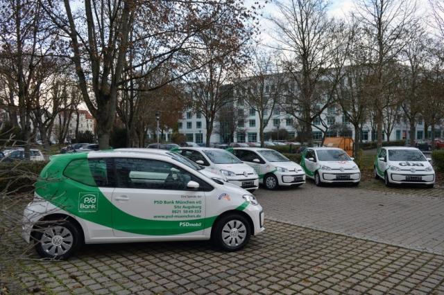 Sechs VW Up! stehen auf dem Parkplatz der PSD Bank München