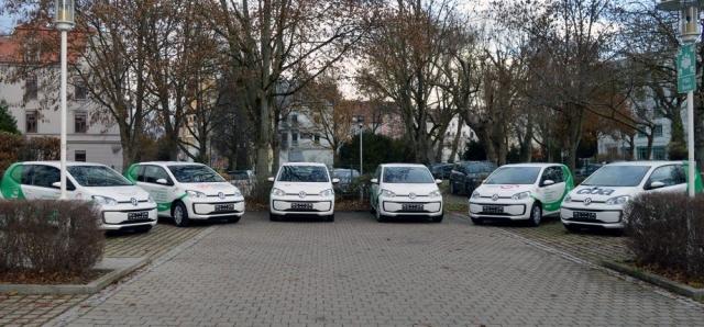 Sechs VW move up! auf dem Parkplatz der PSD Bank München