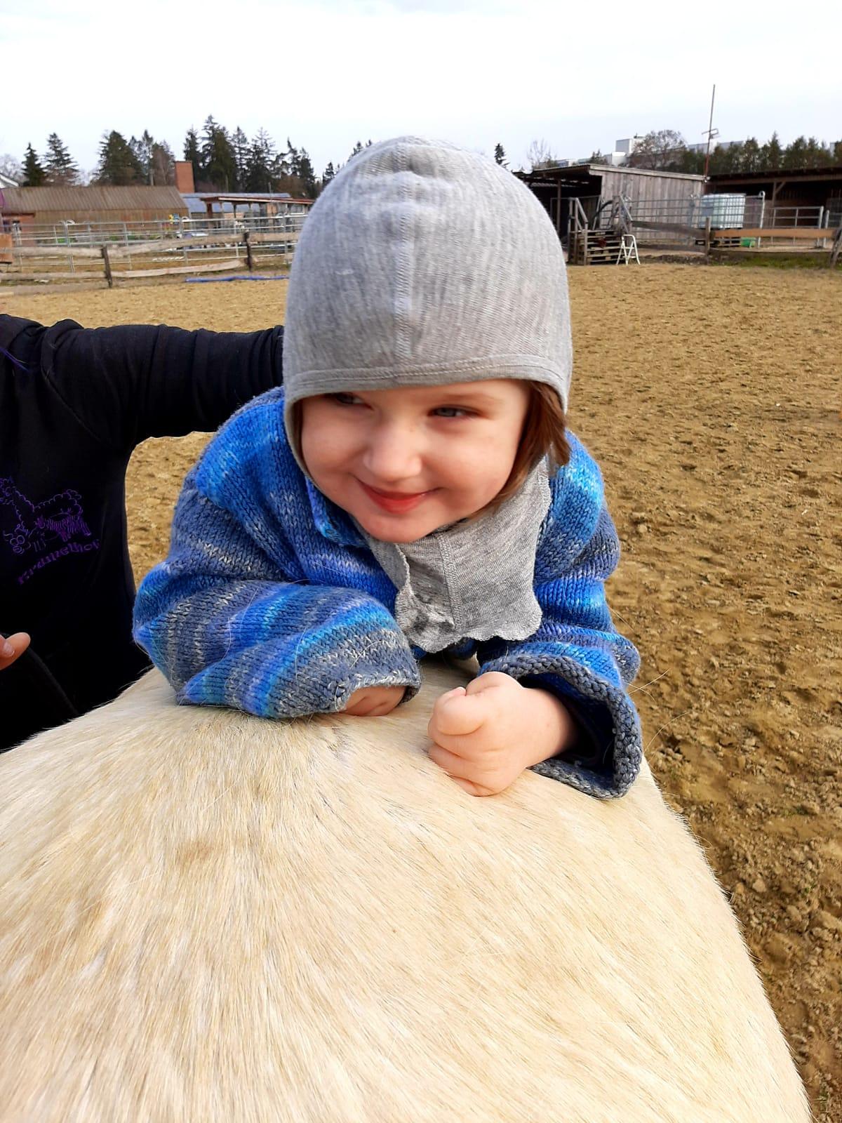 Mira freut sich über die Nähe zu den Pferden.